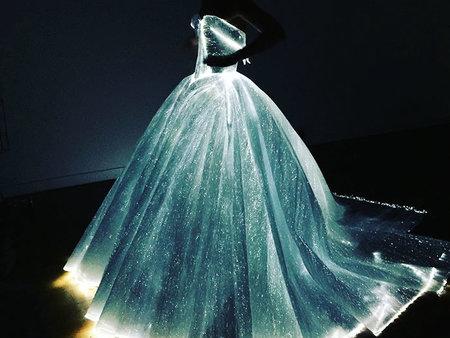美呆了!影后克萊兒·丹妮絲的夜光禮服成為全場吸睛焦點