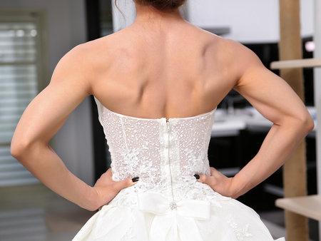 我要成為今年最狂的新娘!穿白紗拉單槓網友直呼:太狂了