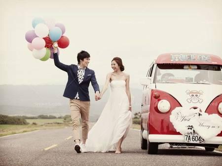 青春活力又好看的婚紗照怎麼擺呢?穿婚紗奔向幸福吧