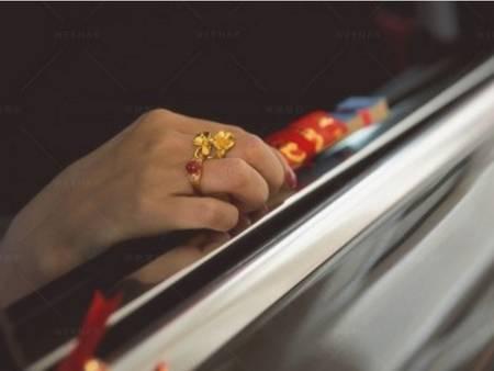 迎娶時新娘為什麼要丟扇子呢?