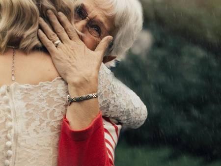 小編眼眶泛淚!孫女穿上有56年歷史的婚紗 祖母一看感動落淚