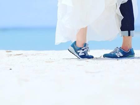 丟掉高跟鞋!夏日率性婚紗照首選「布鞋+婚紗」風格正夯❤