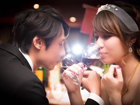 原來不能隨便喝?結婚為何要喝「交杯酒」通通解析給你聽✍