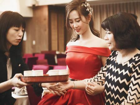 跳脫傳統!奉茶這樣穿「紅禮服」也能美出新高度♥