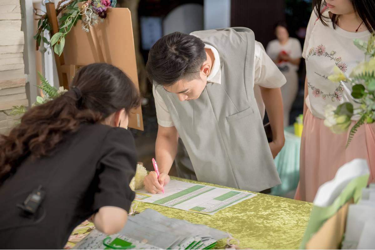 這次報名的新人,在報到處還能得到一個大禮包,裡面有這次婚禮市集廠商的資料