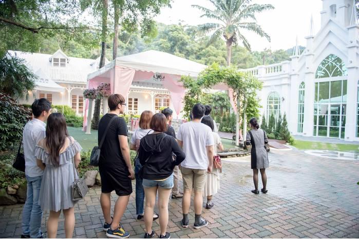 服務人員還會一一介紹路過的廳房,讓新人更加了解青青食尚花園會館的宴客場所。