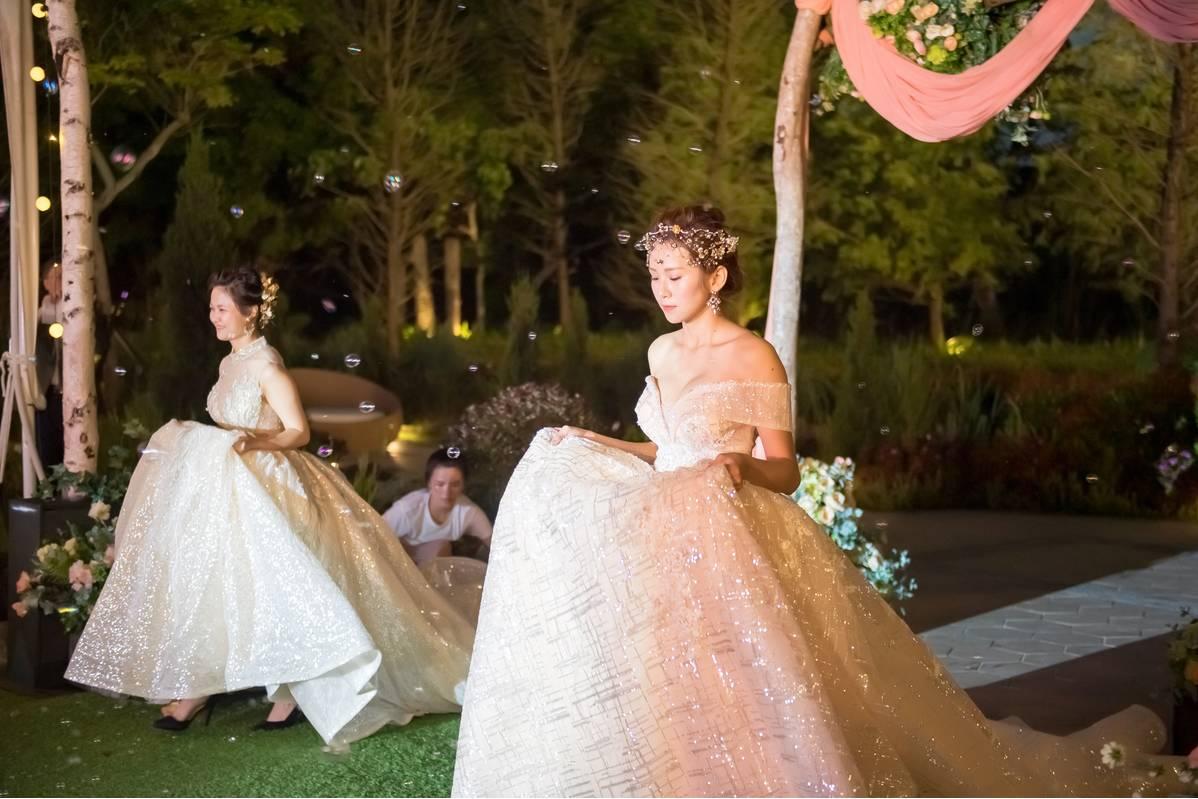 在品嘗佳餚之餘,青青還有準備婚紗秀