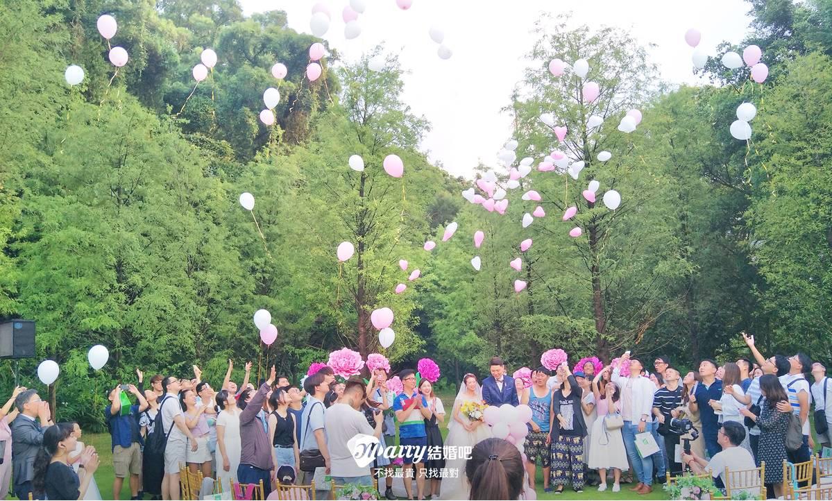 最後整個戶外證婚儀式完畢後,還有一起讓氣球飛揚的橋段