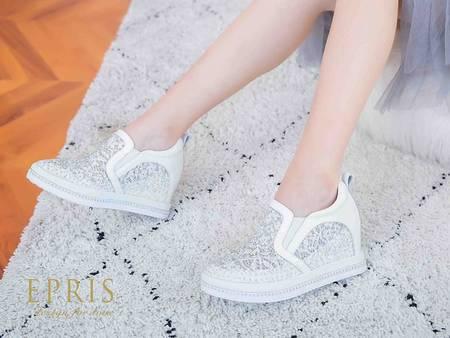 婚紗也百搭?連明星也瘋狂愛上 萬年不敗「小白鞋」穿搭特輯!