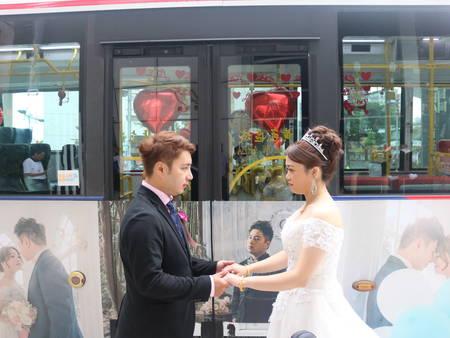 將職業融入婚禮!「公車」開進婚宴現場 一生一次就要與眾不同