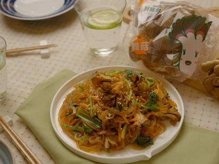 簡單好吃零失敗!防疫在家不必上館子 也能煮出一鍋「韓式舞菇雜菜」!